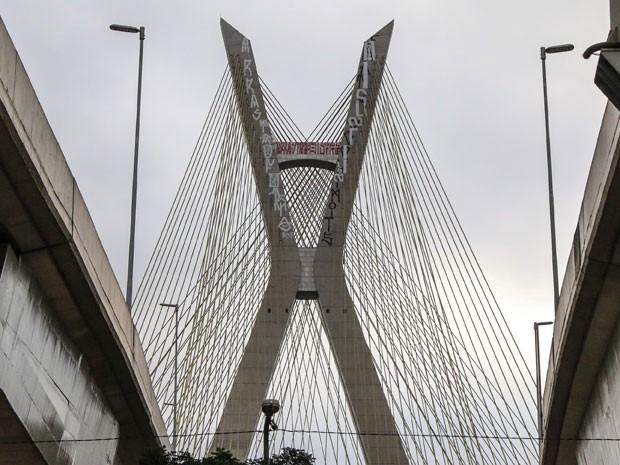 Ponte Estaiada, na Zona Sul de São Paulo, é alvo de pichadores que atuam na madrugada (Foto: Marcelo S. Camargo/Framephoto/Estadão Conteúdo)