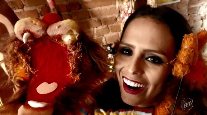 A Aline Lima se divertiu com os bonecos do museu Espaço do Boneco, em Araraquara (SP) (Foto: reprodução EPTV)