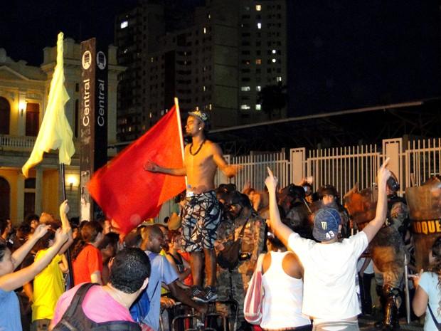 Manifestantes protestam na Estação Central do metrô de Belo Horizonte (Foto: Humberto Trajano / G1)
