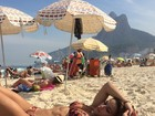 Jade Barbosa posa de biquíni em dia de sol na praia e mostra físico sarado