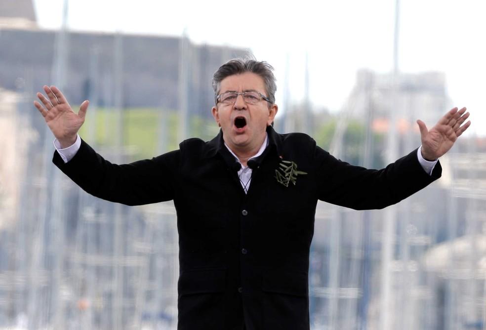 Candidato da extrema esquerda, Jean-Luc Melenchon, fala durante encontro em Marselha, em 9 de abril  (Foto: Claude Paris/ AP)
