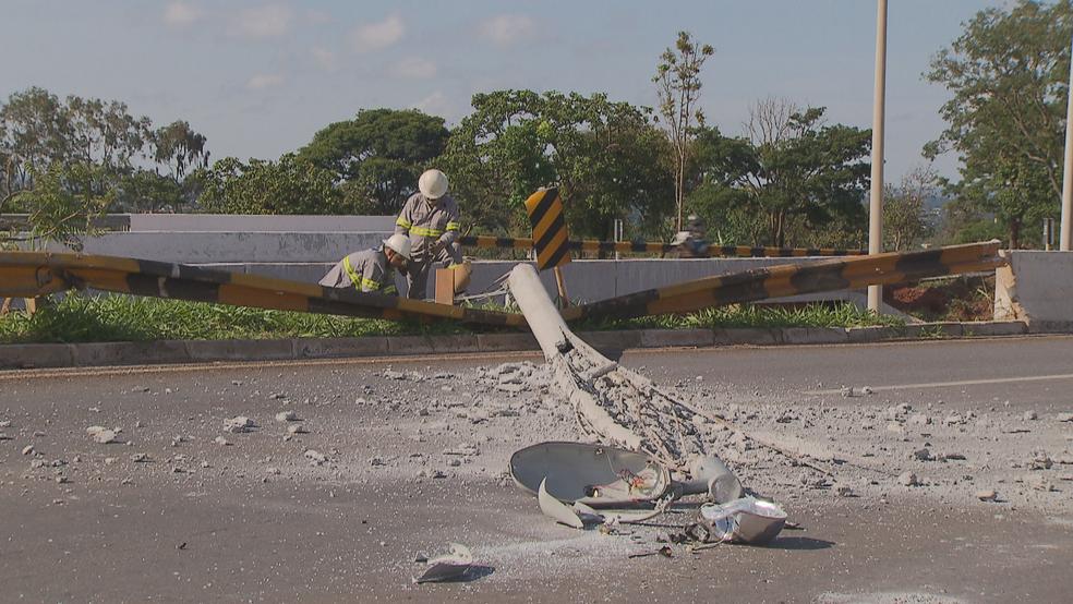 Poste e sinalização da pista danificados por carro que caiu de viaduto (Foto: TV Globo/Reprodução)