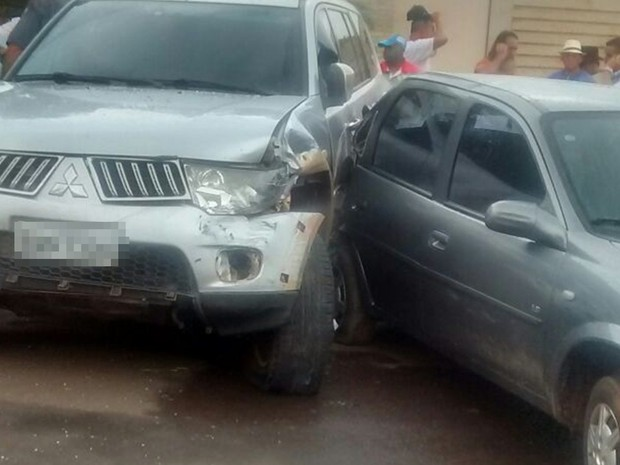 Suspeito só parou depois de bater em veículos (Foto: TEM Você)
