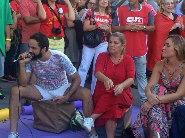 Atriz Tássia Camargo foi à manifestação no Rio de Janeiro (Foto: Daniel Silveira/G1)