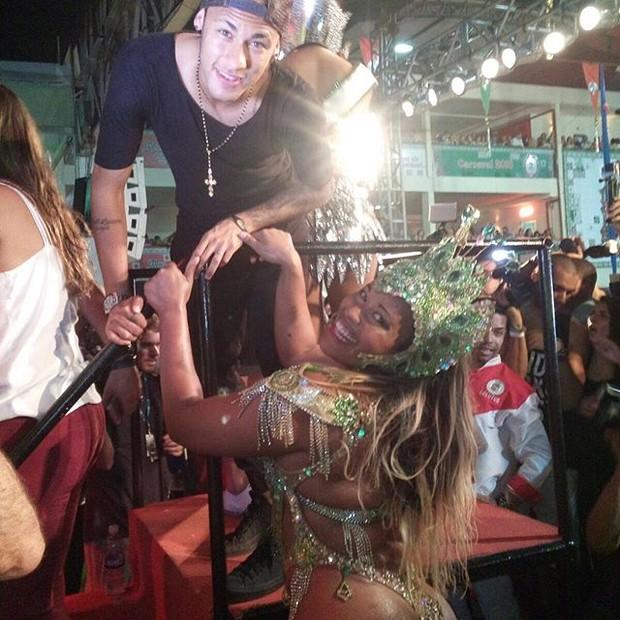 Neymar com passista na Grande Rio (Foto: Reprodução/Instagram)