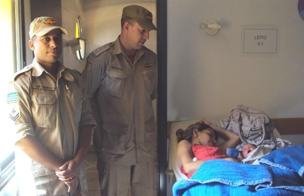 Mulher é levada para hospital após dar à luz em carro do Corpo de Bombeiros, em Jaraguá, Goiás (Foto: Divulgação/ Corpo de Bombeiros)