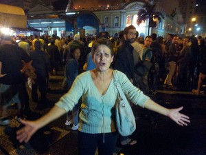 Mulher se emociona ao ver incêndio no prédio do Mercado Público (Foto: Maurício Gonçalves/RBS TV)