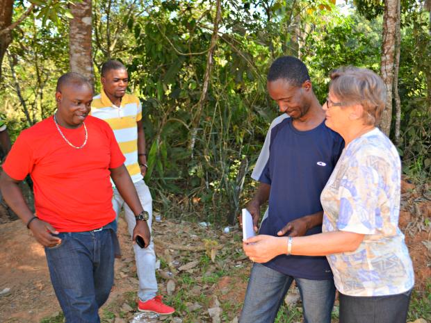 Freira atua no abrigo de imigrantes em Rio Branco ensinando português  (Foto: Yuri Marcel/G1)
