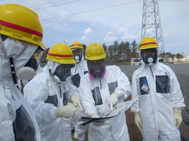 Diretores e técnicos da Tepco discutem uma forma de conter o vazamento de água na usina de Fukushima (Foto: Reuters/Tokyo Electric Power Co/Divulgação)