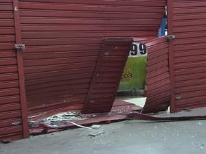 Porta das Lojas Americanas foi arrombada no bairro de Brotas (Foto: Imagens/TV Bahia)