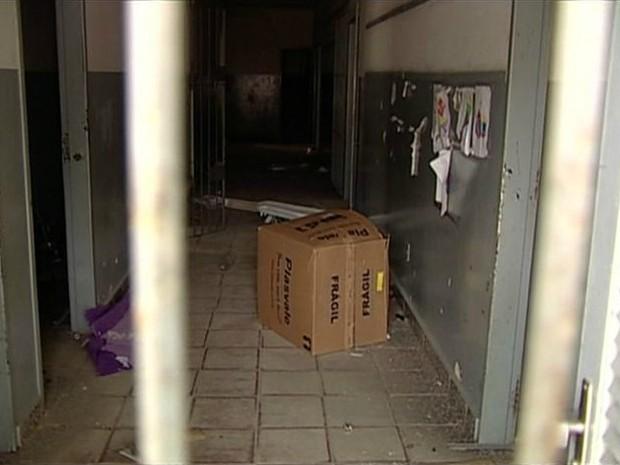 Materiais escolares dividem espaço com móveis quebrados (Foto: Reprodução/TV Gazeta)