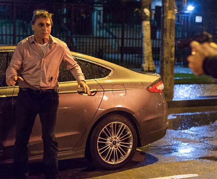 Otávio é assassinado em mais uma armação de Beatriz (Foto: Artur Meninea/Gshow)
