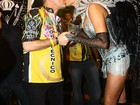 Ana Hickmann desfila na Vai-Vai, em São Paulo, e ganha beijo do marido