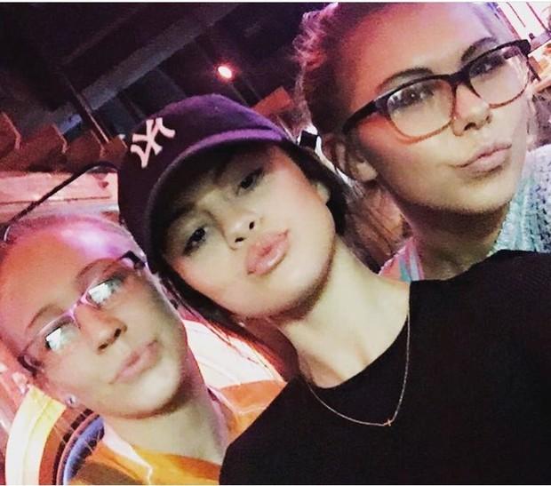 Selena Gomez posa com fãs em restaurante no Texas (Foto: Reprodução/Twitter)