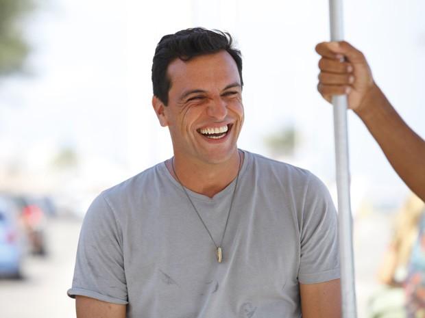 Que sorriso é esse? Lombardi se diverte nas gravações (Foto: Salve Jorge/TV Globo)