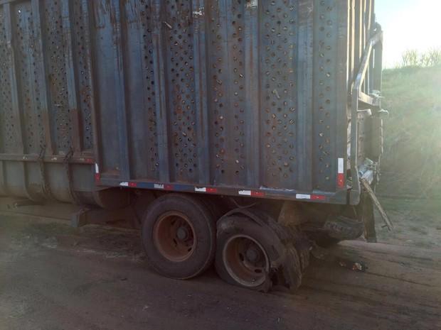 Ônibus bateu na traseira de caminhão canavieiro (Foto: J. Serafim / Divulgação)