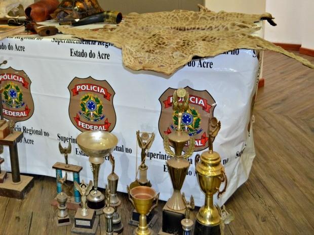Troféus eram dados a campeões durante rinhas de galo (Foto: Quésia Melo/G1)