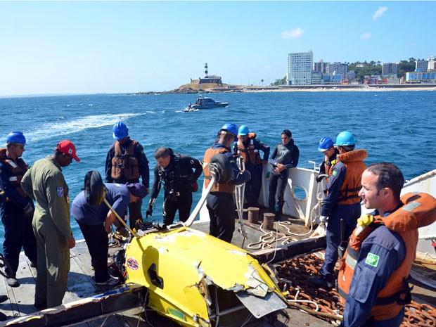 Cerca de 70 militares participaram de operação de resgate dos destroços do avião (Foto: Divulgação/Marinha do Brasil)