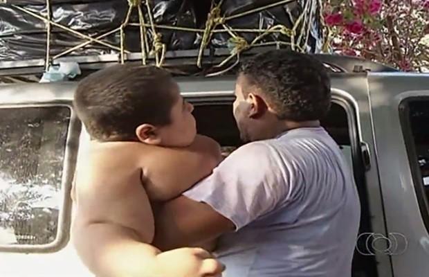 Família ganhou um carro para transportar menino, mas veículo quebrou, em Goiás (Foto: Reprodução/TV Anhanguera)