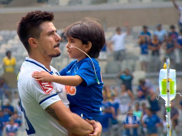 Diagnosticado com doença grave, pequeno Matheus emocionou o Mineirão neste domingo (18) (Foto: Reprodução/TV Globo)