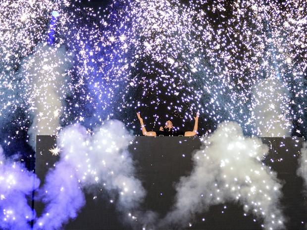 O DJ Calvin Harris transforma o palco Onix em uma pista de dança (Foto: Marcelo Brandt/G1)