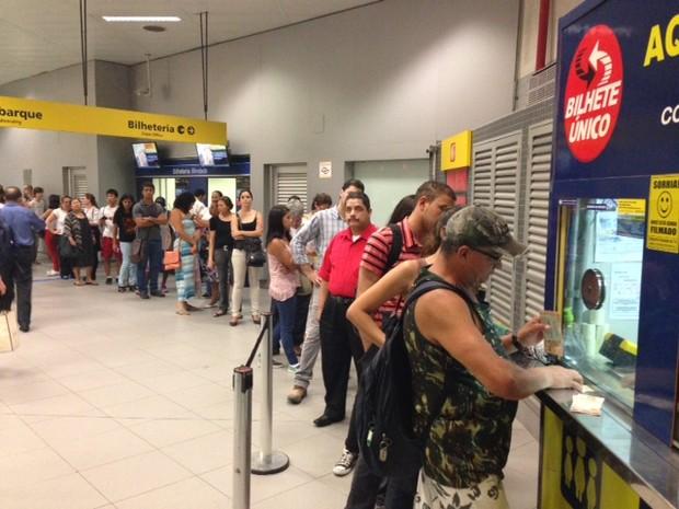 Passageiros fazem fila para recarregar Bilhete Único nesta segunda (Foto: Márcio Pinho/G1)