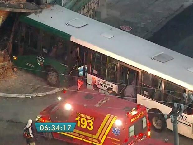 Ônibus colidiu com estabelecimento comercial na Rua Vergueiro, destruindo a porta e a marquise do local (Foto: Reprodução/TV Globo)