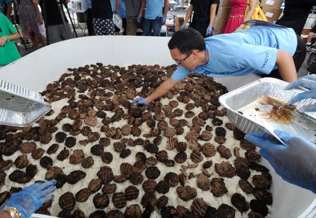 Cozinheiros prepararam loco moco de 510,75 quilos (Foto: Bruce Asato/Honolulu Star-Advertiser/AP)