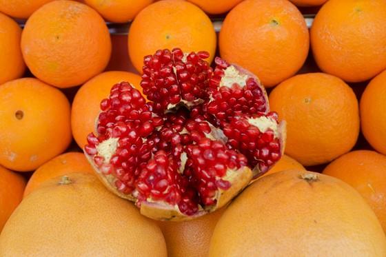 Uma romã, fruta bendita pelo Corão por crescer nos jardins do paraíso, é apresentada em um dos estandes de suco de laranja (Foto: © Haroldo Castro/Época)