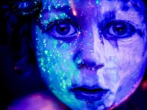 Hid usa maquiagem neon nos modelos para fotografar (Foto: Hid Saib/ Divulgação)