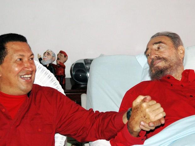 O presidente da Venezuela, Hugo Chávez visita Fidel Castro em Havana, em 13 de agosto de 2006. (Foto: Estudios Revolucion-Granma/Reuters)