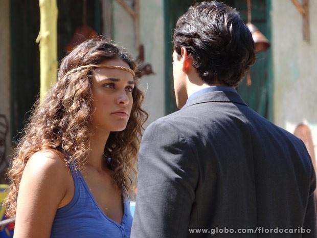 Taís não perdoa, mas fica balançada com charme de Hélio (Foto: Flor do Caribe / TV Globo)