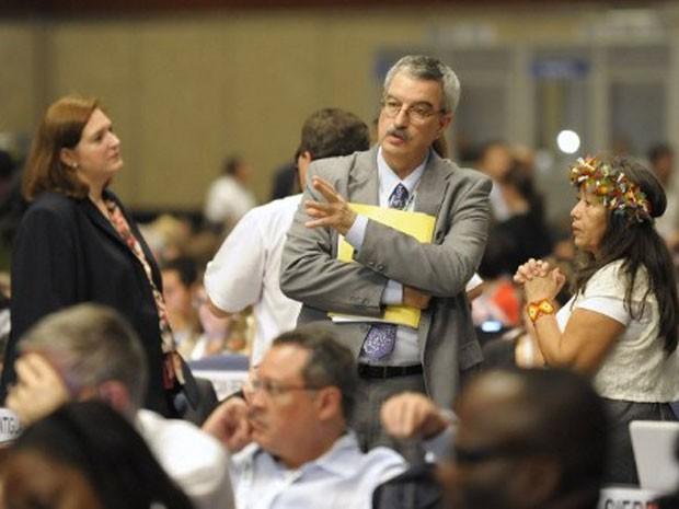 O brasileiro Braulio Dias, secretário-executivo da Convenção sobre Diversidade Biológica da ONU, conversa com delegados durante a COP 11, em Hyderabad (Foto: Noah Seelam/AFP)