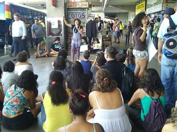 Estudantes que participam de ocupação de posto do DFTans participam de ato na rodoviária do Plano Piloto, em Brasília, na manhã desta quarta-feira (4) (Foto: Fernando Caixeta/G1)