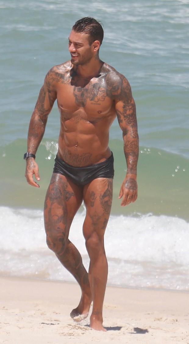 Lucas Lucco curte praia acompanhado (Foto: Agnews)