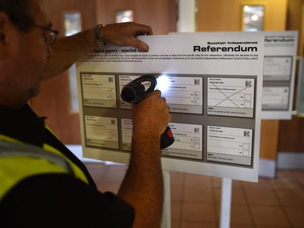 Na quarta (17), véspera do plebiscito, funcionário prepara o Highland Hall, em Edimburgo, onde será feita a contagem de votos  (Foto: AFP Photo/Ben Stansall)