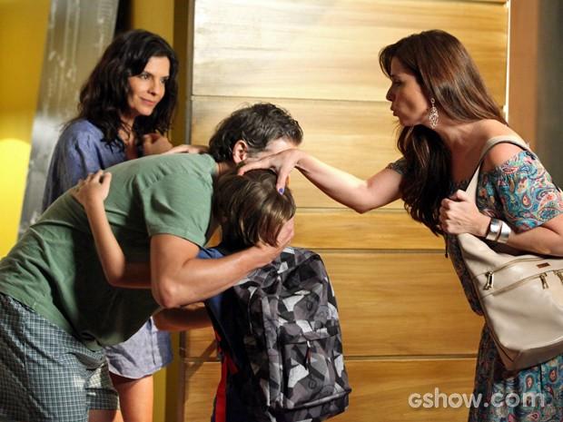 Clara se despede do filho e Verônica fica na dela (Foto: Camila Camacho/ TV Globo)