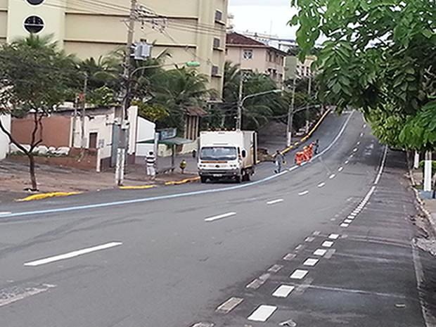 Funcionários refizeram o corredor de ônibus neste domingo (Foto: Marcos Amaral/Arquivo Pessoal)