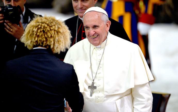 Papa e Valderrama encontro de jogadores no Vaticano (Foto: AFP)