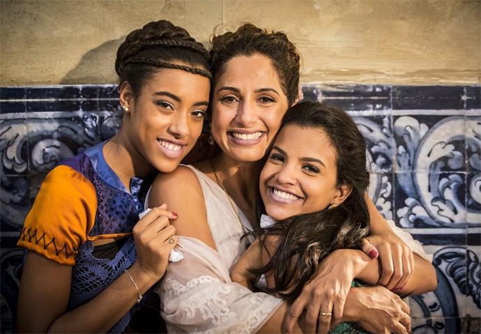 Nos bastidores, Yara Charry abraça Camila Pitanga e Rayza Alcântara (Foto: Felipe Monteiro/ Gshow)