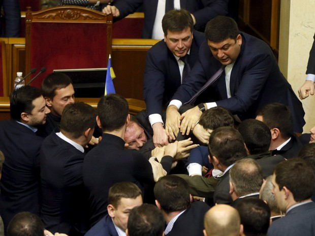 Os deputados da Rada Suprema (parlamento) da Ucrânia voltaram a protagonizar nesta sexta-feira (11) uma briga no plenário, após um legislador da coalizão do governo tentar tirar à força o primeiro-ministro, Arseni Yatseniuk, da tribuna (Foto: Valentyn Ogirenko/Reuters)