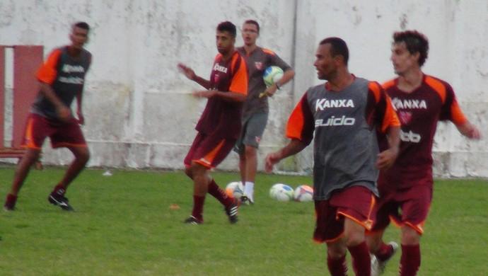 Paulo Sérgio e Clebinho travaram duelo à parte no treino do CRB (Foto: Denison Roma / GloboEsporte.com)