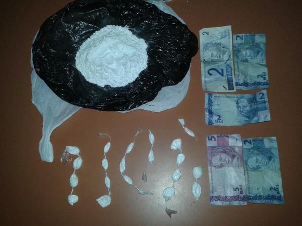 PM de São Pedro apreendeu droga e dinheiro com suspeito de tráfico (Foto: Polícia Militar/Divulgação)