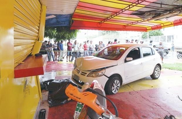 Carro desgovernado invadiu calçada e atropelou adolescente, em Goiânia (Foto: Zuhair Mohamad/O Popular)