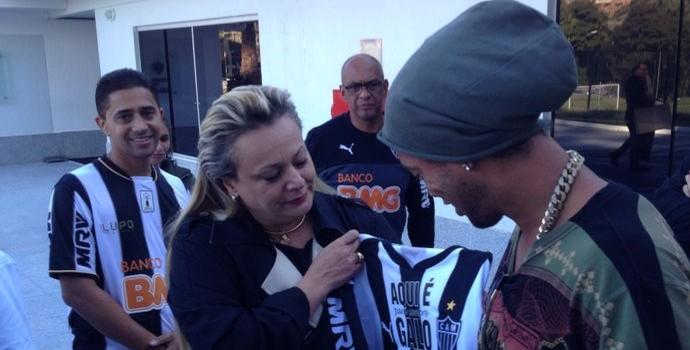 Ronaldinho Gaucho na despedida com Adriana Branco (Foto: Fernando Martins y Miguel)
