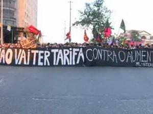 Manifestantes estendem faixas de protesto na Candelária (Foto: Reprodução/GloboNews)