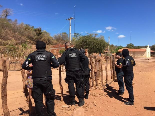 Polícia prendeu dois suspeitos em casa (Foto: Aline Santos/TV Clube)