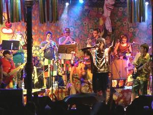 Irmãos Frade durante apresentação na final do Festival de Marchinhas em São Luiz do Paraitinga. (Foto: Reprodução/TV Vanguarda)