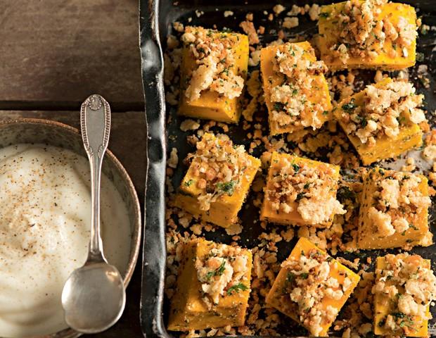 Cubos de abóbora assada com crosta crocante de parmesão (Foto: Iara Venanzi/Casa e Comida)