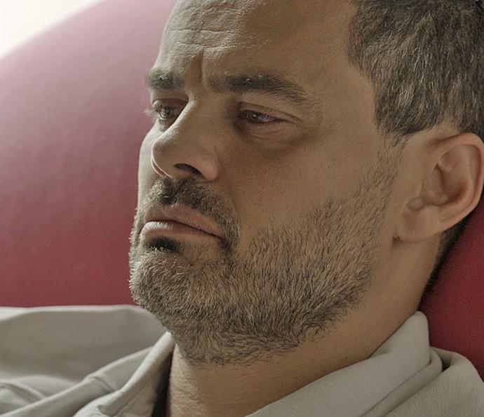 César sofre e lembra de Domingas (Foto: TV Globo)